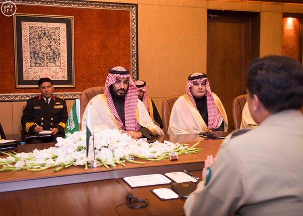 سمو ولي ولي العهد يجتمع مع قائد الجيش الباكستاني