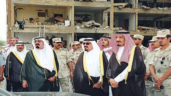 الملك سلمان - حفظه الله - مع أخيه الملك عبدالله والأمير سلطان -رحمهم الله- في موقع تفجيرات الحمراء