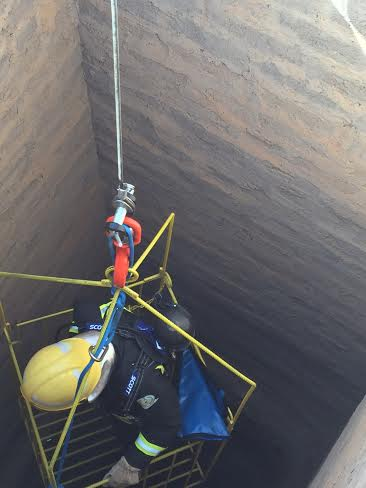 مدني حائل ينفذ خطة إنقاذ شخص سقط داخل بئر