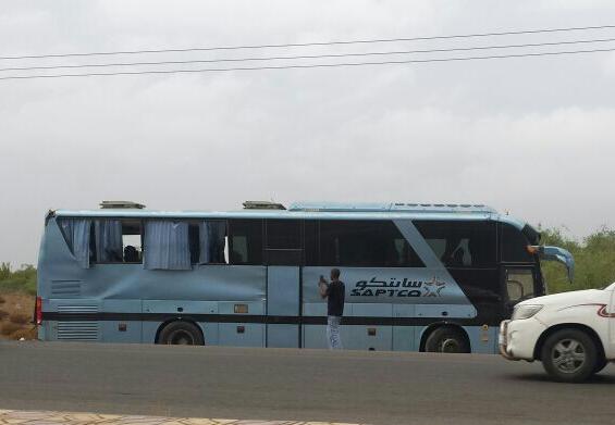 11 إصابة أحدها حرجة في حادث انقلاب حافلة بدولي #جازان (1)