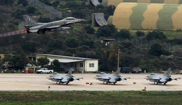 مصرع 10 وجرح 13 آخرين في تحطم مقاتلة يونانية