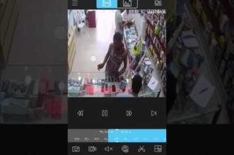 بالفيديو.. سرقة جوال من محل بالرياض بطريقة ماكرة - المواطن