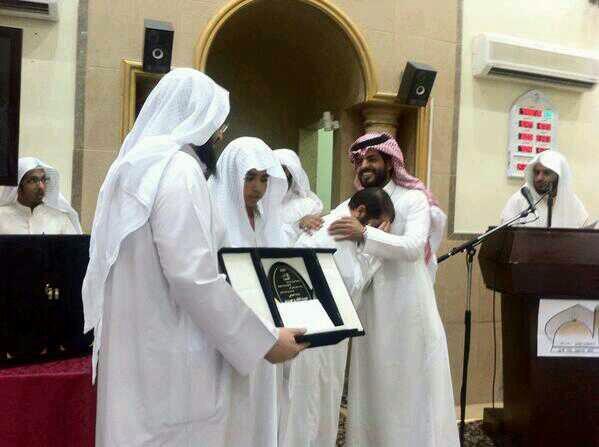"""بالصور.. أب يبكي فرحاً لحفظ ابنه القرآن و""""مرعي"""" يكفكف دموعه - المواطن"""