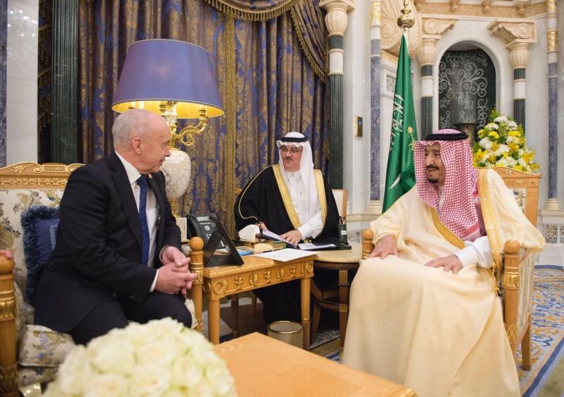 الملك يستعرض آفاق التعاون المشترك مع وزير مالية سويسرا