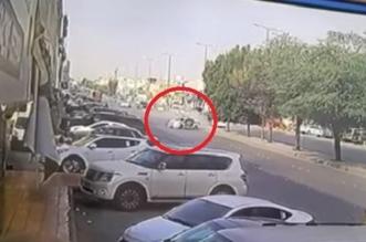 بالفيديو..دورية مرور تصطدم بعدد من السيارات في شارع عام - المواطن