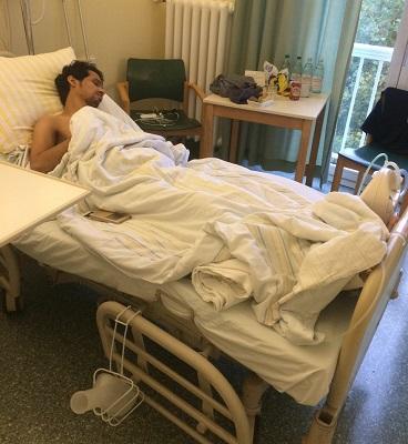 يعاني كسراً في قدمه اليمنى وخلعاً جزئياً بوتر العرقوب