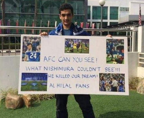 بالصورة.. هلالي يرفع لافتة تظلم أمام مقر الاتحاد الآسيوي