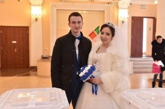 عريس وعروسة يصوتان في الانتخابات الروسية - المواطن