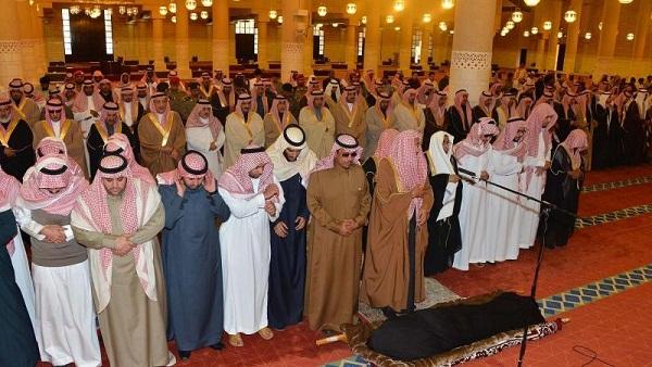 أمير الرياض ونائبه يؤديان صلاة الميت على الأميرة منيرة - المواطن