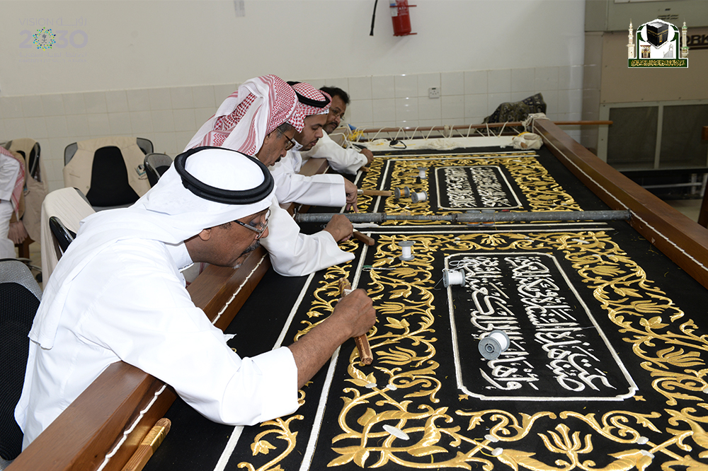160 عاملا لمتابعة ثوب الكعبة في رمضان (1)