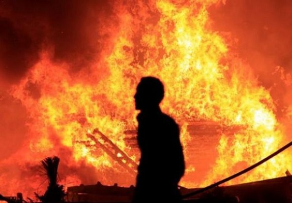 شمعة تحرق حريق