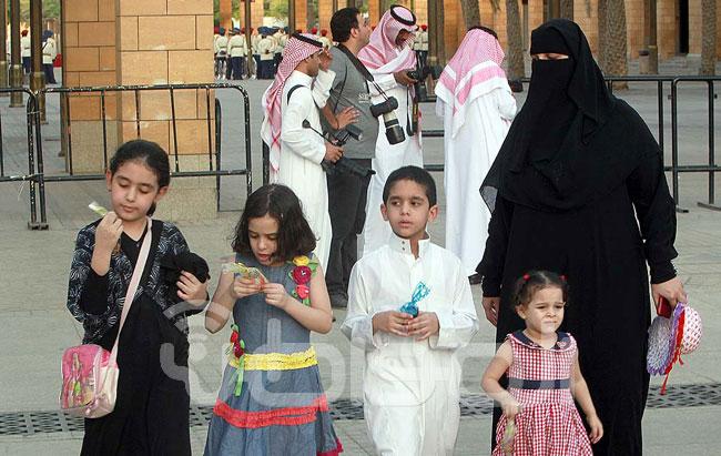 """أطفال يجمعون """"العيدية """" لشراء أجهزة لوحية وهواتف ذكية - المواطن"""