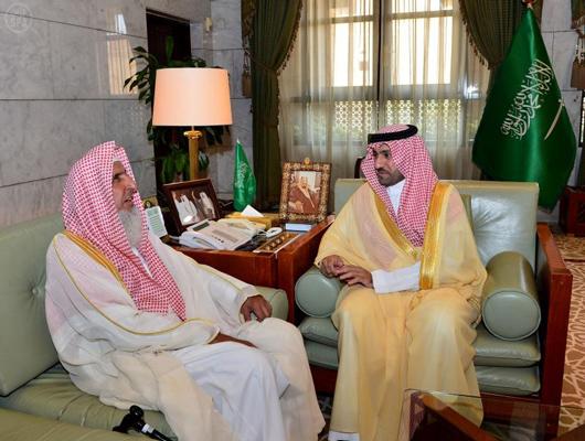 أمير الرياض يستقبل مفتي المملكة في مكتبه بقصر الحكم