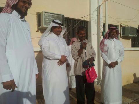 بالصور.. مدرسة الملك عبدالله بخاط تكرم عامل النظافة - المواطن