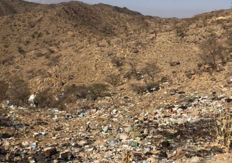 بالصور.. تراكم النفايات يؤرق أهالي غامد الزناد