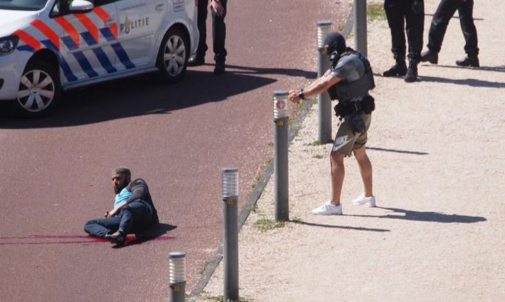 بالفيديو.. الشرطة الھولندیة تطلق النار على رجل طعن 3 أشخاص