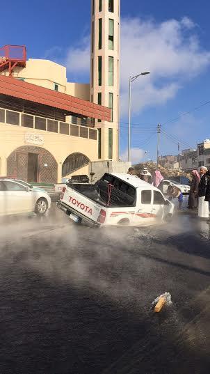 هبوط بشارع حيوي وسط #أبها يبتلع سيارة2