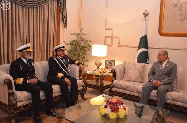 """الرئيس الباكستاني يمنح قائد القوات البحرية الملكية السعودية وسام """"نيشان الامتياز العسكري""""2"""