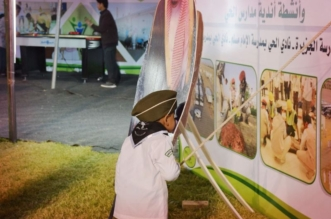 في مشهد بريء وعفوي.. طفل يؤدي التحية لصورة الملك ويقبل يده - المواطن