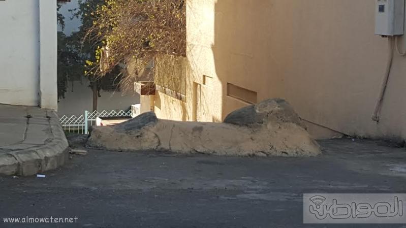 """""""المواطن"""" توثق إغلاق طريق وممر في حي القرى بأبها"""