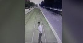 فيديو مروع.. انشغل بالجوال فصدمه القطار - المواطن
