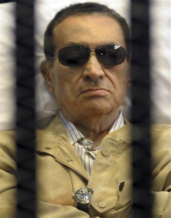 تلفزيون: نقل الرئيس المصري السابق مبارك الى قاعة المحكمة لاعادة محاكمته