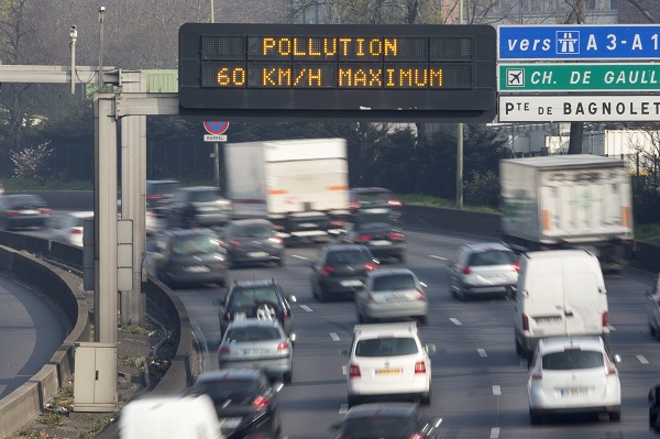 """An electronic road sign reads """"Pollution, speed limit 60kms"""" on the Paris ring road"""