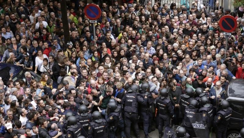 بالصور.. أعمال عنف تهدد مباراة برشلونة ولاس بالماس