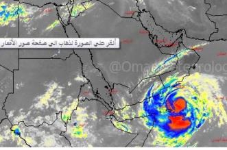 طقس العرب : إعصار ميكونو يغرق سفينة في بحر العرب - المواطن
