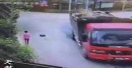 شاهد.. حجر ضخم يسقط من شاحنة ليطيح بأحد المارة - المواطن