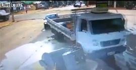 فيديو مروع.. سيارة تقتحم محطة وقود وتسحل عاملًا - المواطن
