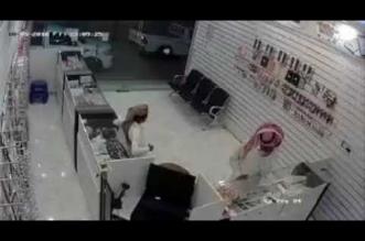 بالفيديو.. لص يسرق جهازي جوال بحيلة ماكرة من أحد المحلات - المواطن