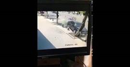 شاهد.. سيارة طائشة تطيح بعمال أثناء توقفهم أعلى رصيف - المواطن