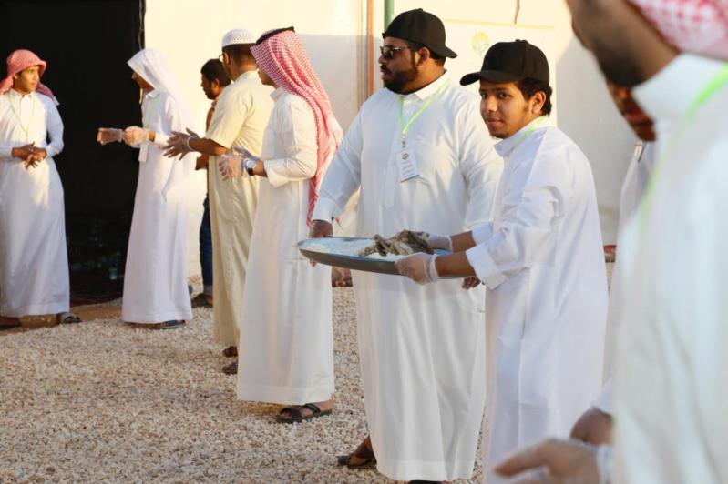 بالصور.. شباب رفحاء يتكاتفون في توزيع وجبات مشروع إفطار صائم