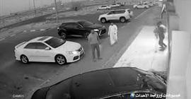 شاهد.. رد فعل الزبائن لحظة اقتحام سيارة صالون حلاقة - المواطن