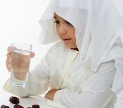 في 10 خطوات.. كيف تُدرب طفلك على صيام رمضان - المواطن