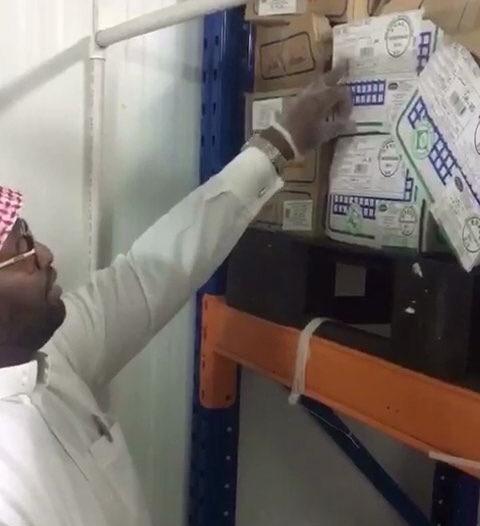 شاهد.. مصادرة 13600 كرتون مياه منتهي الصلاحية في صامطة