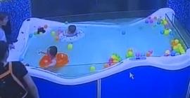 فيديو مروع.. لحظة غرق طفل لمدة 46 ثانية تحت الماء - المواطن