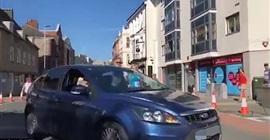 شاهد.. امرأة تقتحم ماراثون جري بسيارتها - المواطن