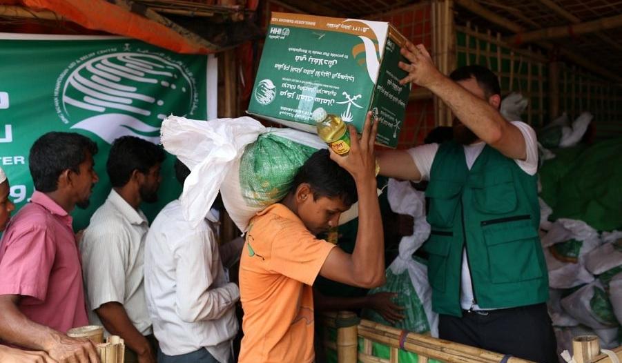 مركز الملك سلمان للإغاثة يدشن توزيع السلال العذائية للاجئي الروهينجا
