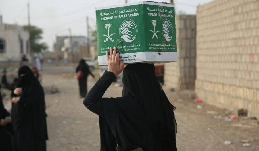 مركز الملك سلمان للإغاثة يوزع 1700 كرتون من التمر على نازحي صنعاء في مأرب