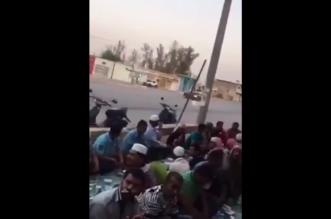 مفحط يروع صائمين يستعدون للإفطار.. شاهد ردة فعلهم! - المواطن