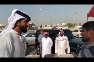 شاهد.. بشائر الخير يحملها الشيخ ناصر بن حمد لبائع بسيط أغلق الناس دروبهم في وجهه - المواطن