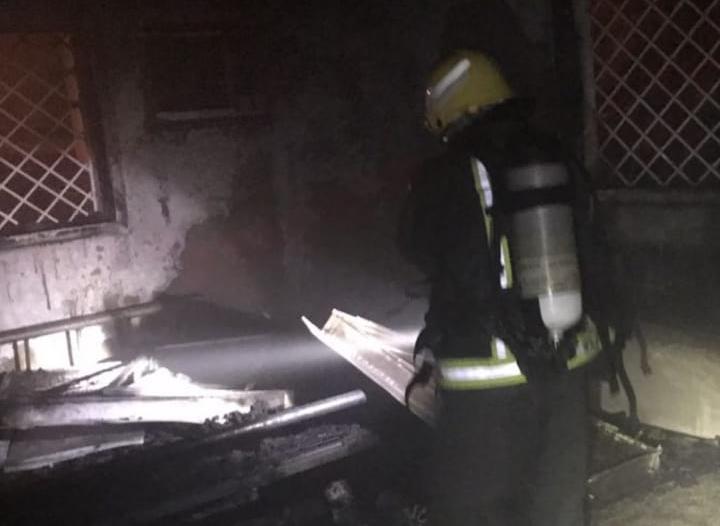 بالصور.. التماس في مفتاح مكيف يُشعل حريقًا بعمارة في رجال ألمع