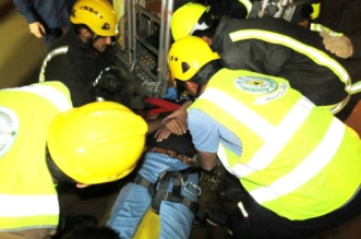 بالصور.. مدني مكة ينقذ عاملاً مصاباً علق ببرج شركة اتصالات - المواطن
