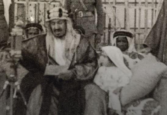 صورة نادرة للملك المؤسس وبجواره الملك سلمان وھو في عمر الثالثة
