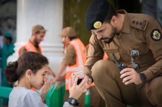 صور ترصد موقفًا إنسانيًّا.. رجل أمن يساعد طفلة تاهت عن والدها في الحرم - المواطن