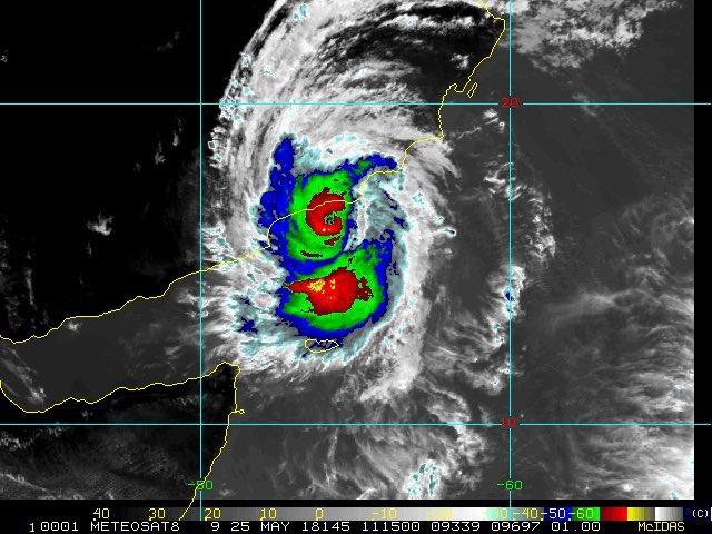 بالفيديو سنابات مباشرة تنقل تطورات الإعصار مكونو في صلالة