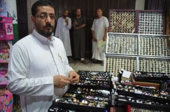 بالصور.. إكسسوارات العيد تشغل اهتمام شباب جدة - المواطن