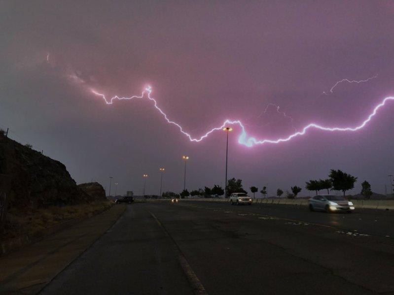 أمطار غزيرة على مكة حتى الثالثة صباحًا